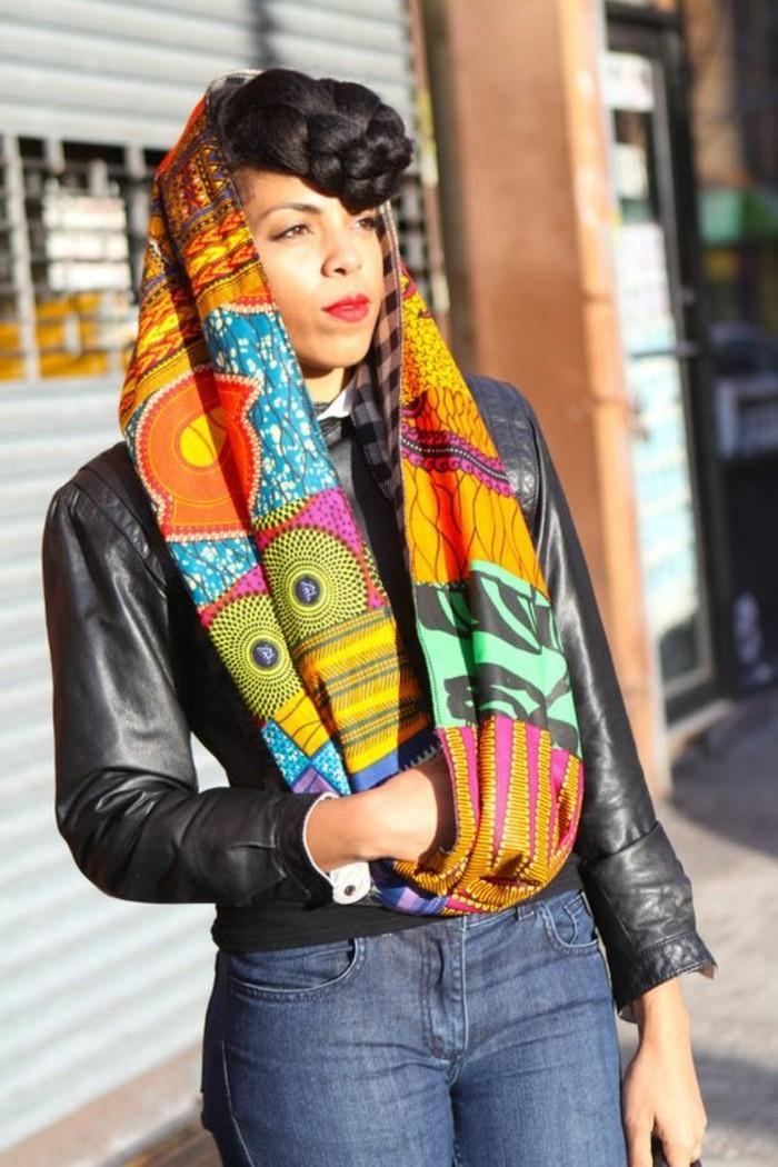 foulard-africain-en-couleurs-claires-et-vives-motifs-ethniques-veste-noire-en-cuir