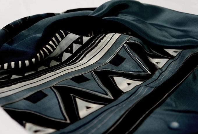 foulard-africain-en-couleurs-foncées-motifs-géométriques-décoration-en-blanc