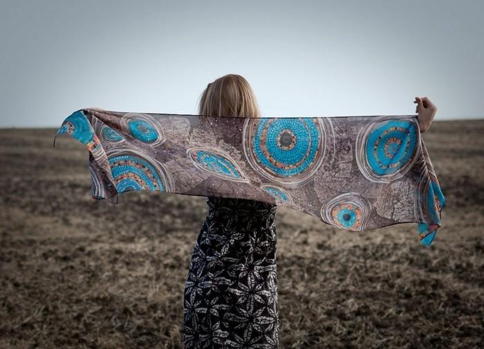 foulard-africain-en-couleurs-naturelles-et-décoration-bleue-cheveux-blonds