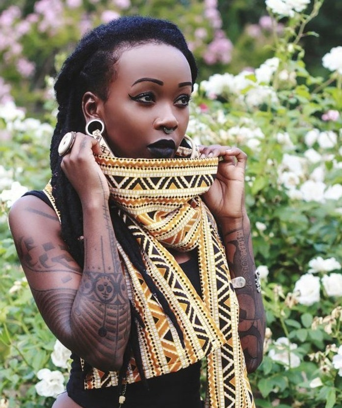 foulard-africain-en-couleurs-or-et-noir-décoration-en-motifs-triangulaires-boucles-d-oreilles