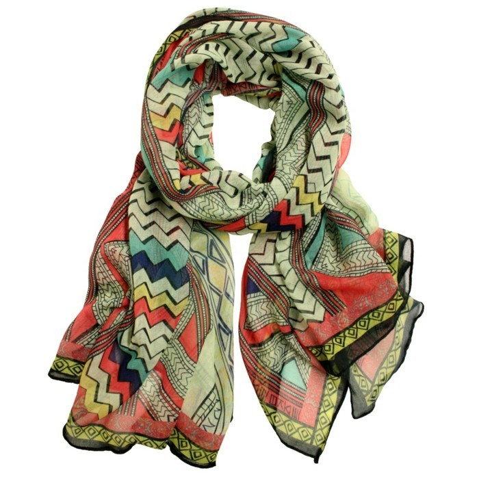 foulard-africain-en-couleurs-vive-rose-bleu-vert-jaune-motifs-triangulaires