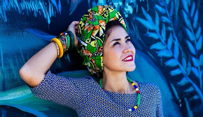 foulard-africain-en-couleurs-vives-vert-jaune-orange-motifs-ethniques-levres-rouges-bracelets