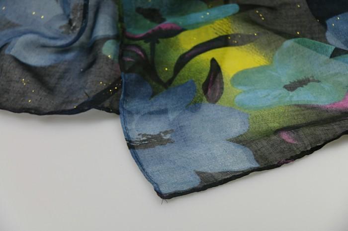 foulard-africain-en-décoration-féerique-motifs-floraux-bleu-et-vert-jaune