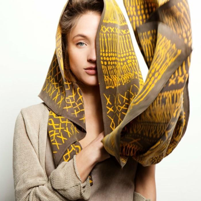 foulard-africain-en-jaune-et-marron-blouse-beige-cheveux-claires