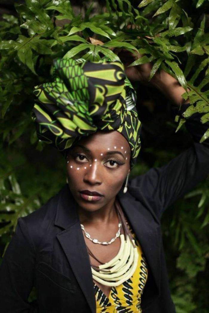 foulard-africain-en-vert-et-noir-boucles-d'oreilles-et-collier-blanc-veste-noire-top-jaune