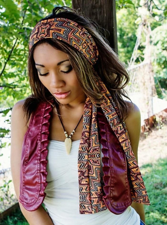 foulard-africain-multicolore-motifs-ethniques-orange-noir-bleu-cheveux-détachés