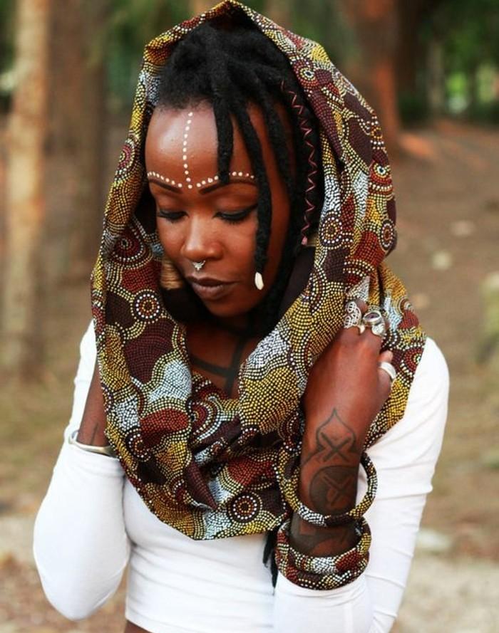 foulard-africain-sur-la-tête-blouse-blanche-écharpe-en-couleurs-chaudes