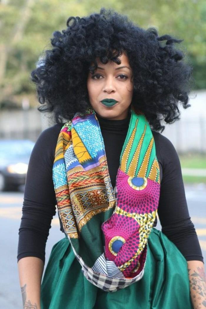foulard-africain-vert-en-décoration-rose-jaune-bleu-formes-géométriques-cheveux-crépus