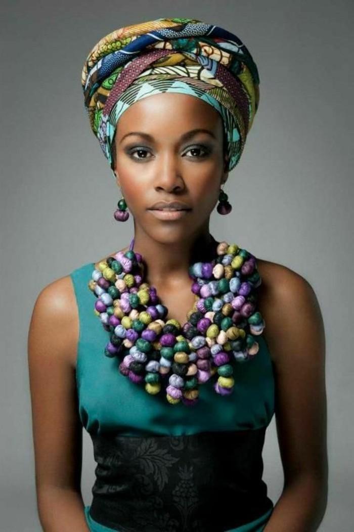foulard-cheveux-en-couleurs-différentes-colliers-en-vert-violette-bleu-boucle-d'oreilles