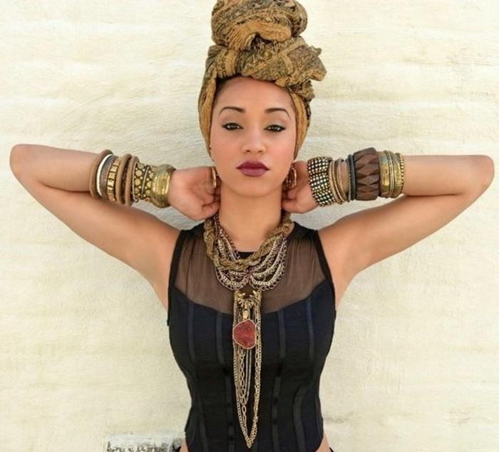 foulard-cheveux-en-couleurs-naturelles-décoration-noire-motifs-ethniques-collier-bracelets-dorés