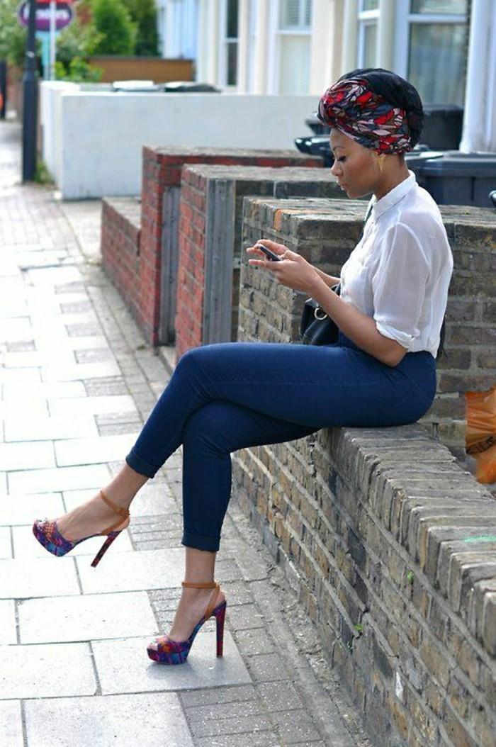 foulard-cheveux-en-motifs-géométriques-rouge-bleu-foncé-chemise-blanche-jeans