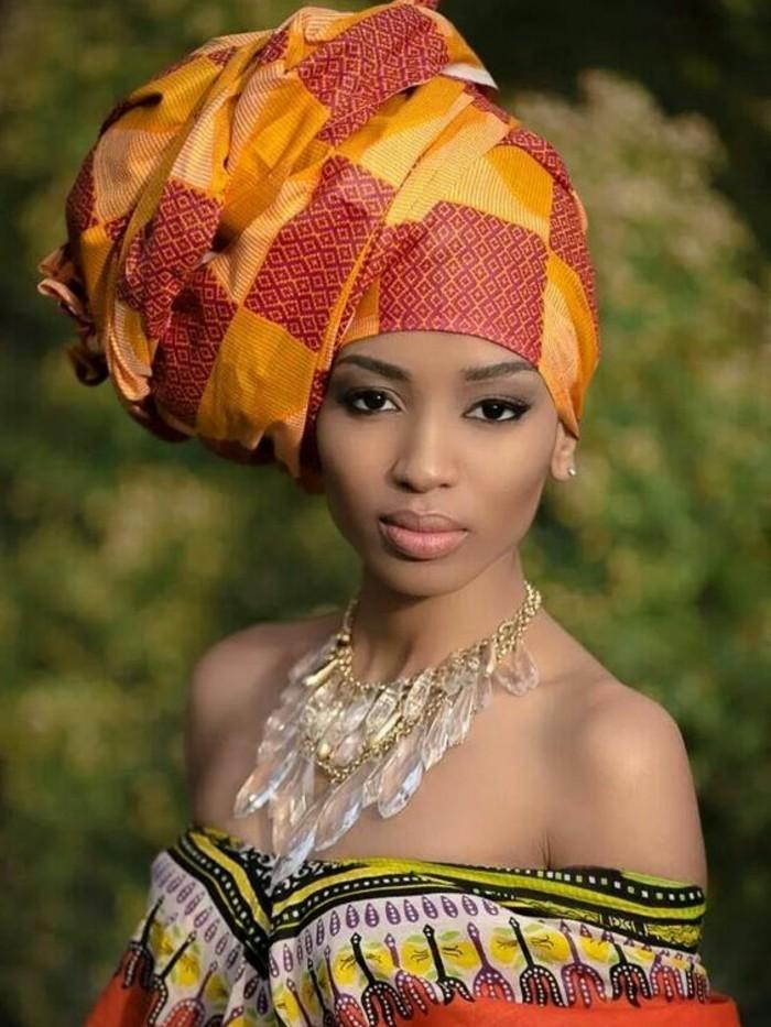 foulard-cheveux-en-rouge-et-jaune-collier-en-cristaux-blouse-sans-manches-motifs-ethniques