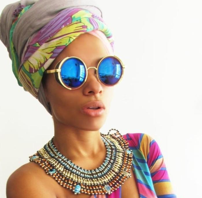 foulard-cheveux-gris-avec-décoration-claire-rose-jaune-et-vert-motifs-floraux-lunettes-de-soleil-bleu-et-or