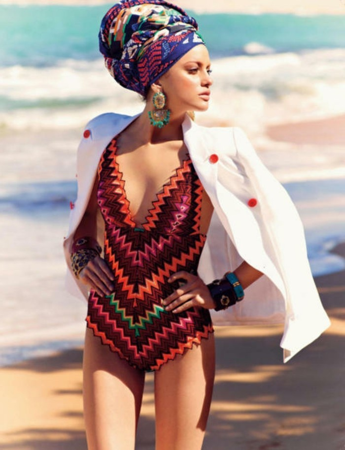 foulard-cheveux-maillot-de-bain-veste-blanche-avec-des-boutons-rouges-bracelets-motifs-ethniques