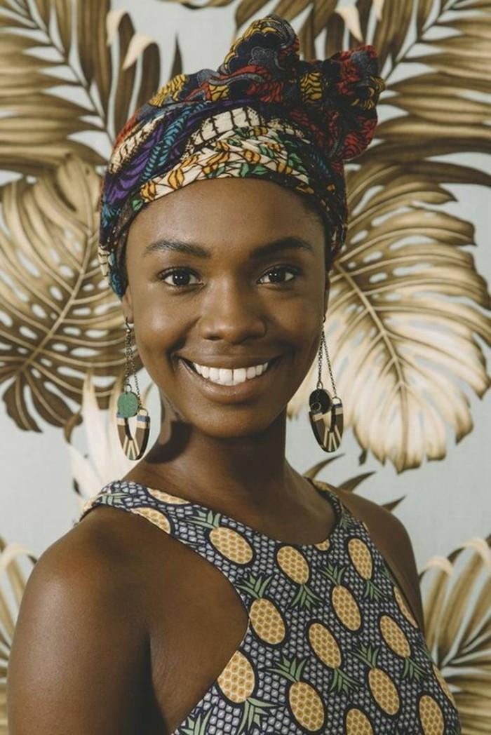 foulard-cheveux-multicolore-motifs-ethniqes-boucles-d'oreilles-maquillage-naturel
