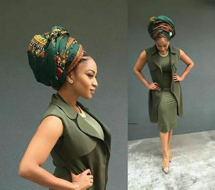 foulard-cheveux-robe-et-veste-sans-manches-kaki-écharpe-verte-avec-décorations-africaines