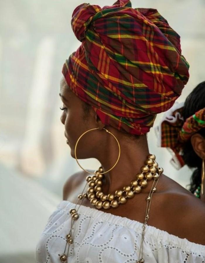 foulard-cheveux-rouge-et-vert-carré-collier-en-perle-dorées-boucles-d'oreilles