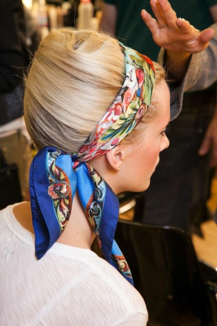 foulard-dans-les-cheveux-foulard-carre-en-soie-bleu
