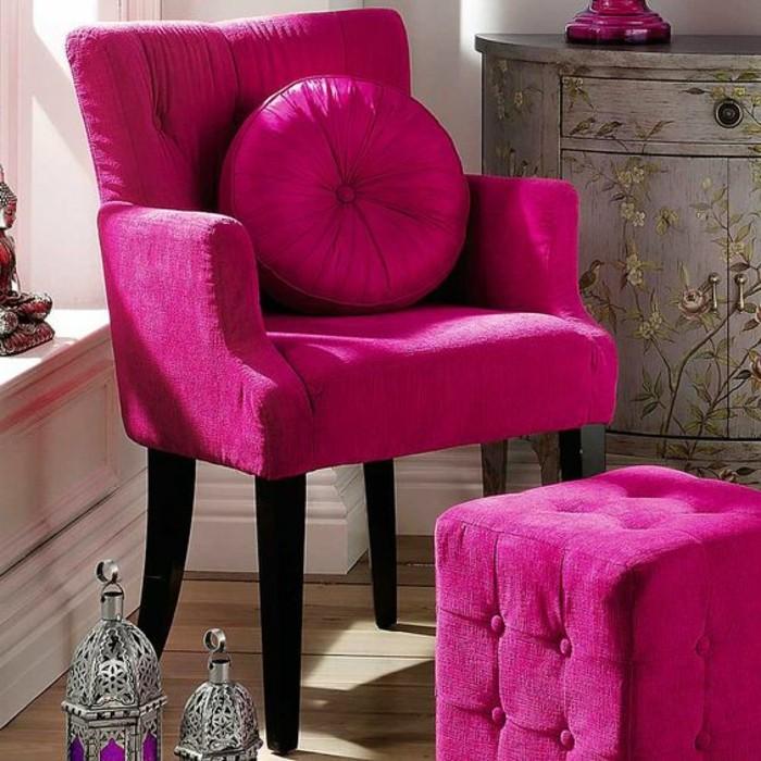 framboise-couleur-fauteuil-rose-tabouret-rose-capitonné