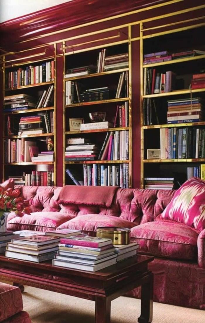 framboise-couleur-fauteuils-framboise-près-d'une-grande-bibliothèque