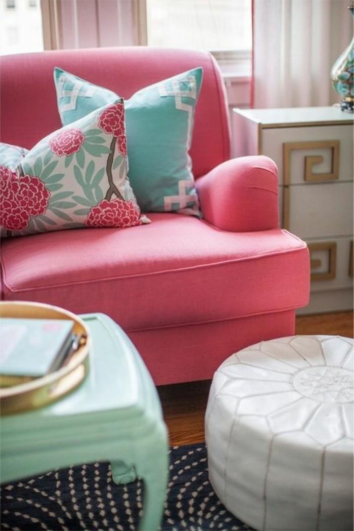 framboise-couleur-intérieur-rose-et-blanc-tabouret-table-blancs