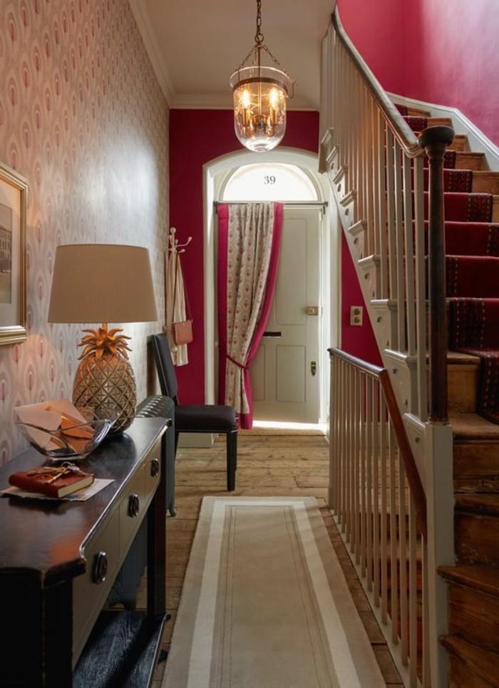 framboise-couleur-maison-escalier-et-couloir-penture-murale