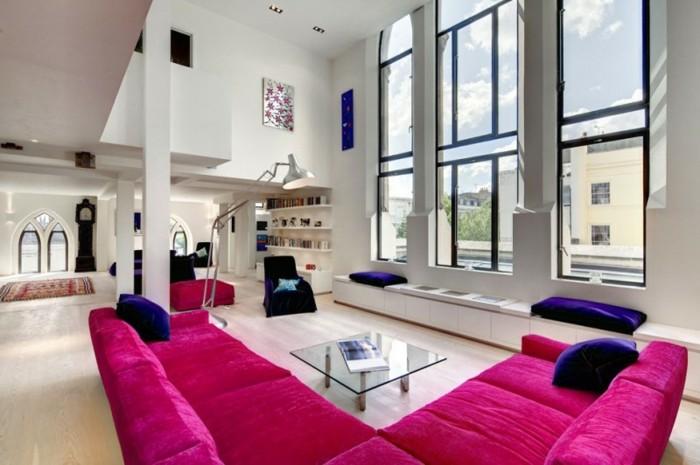 framboise-couleur-sofa-d'angle-grandes-fenêtres-salon-blanc