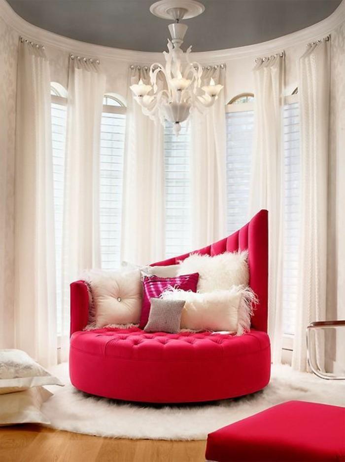 framboise-couleur-sofa-rond-extravagant-intérieur-en-rose-et-blanc