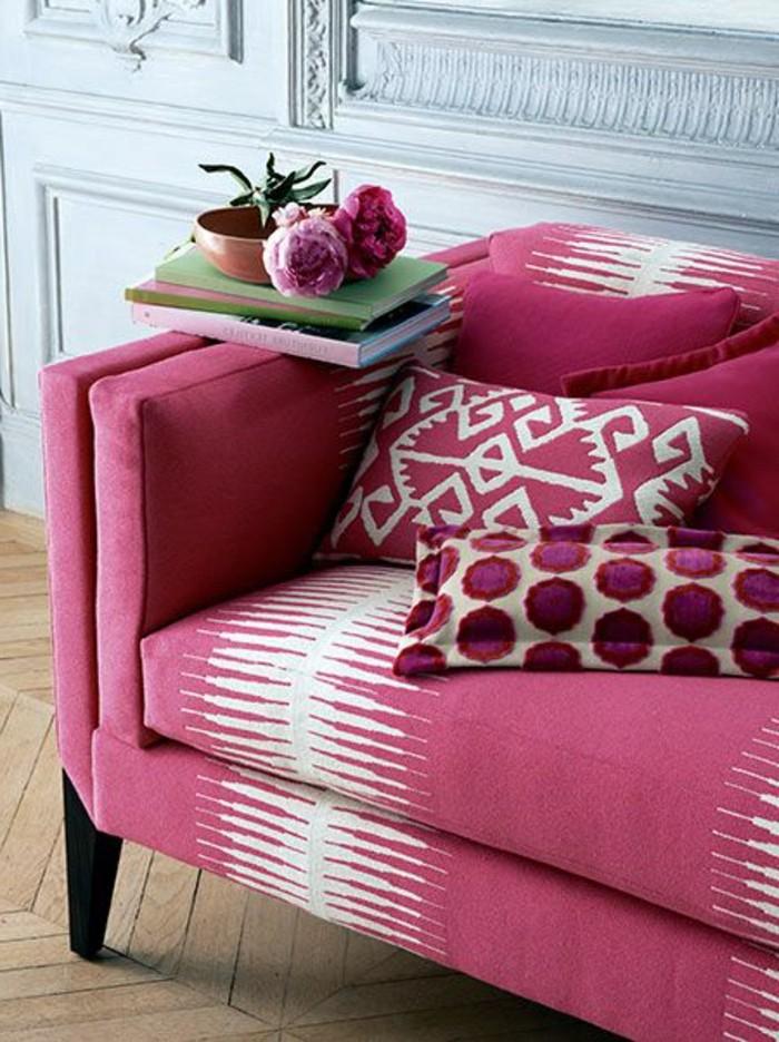 framboise-couleur-sofa-rose-coussins-à-ronds