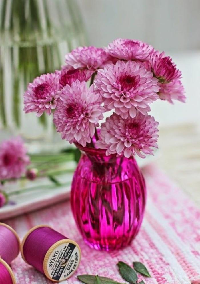 framboise-couleur-vase-transparente-rose-et-fleurs