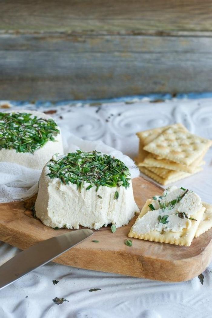 fromage-végétal-blanc-avec-des-noix-mixés-et-des-épices