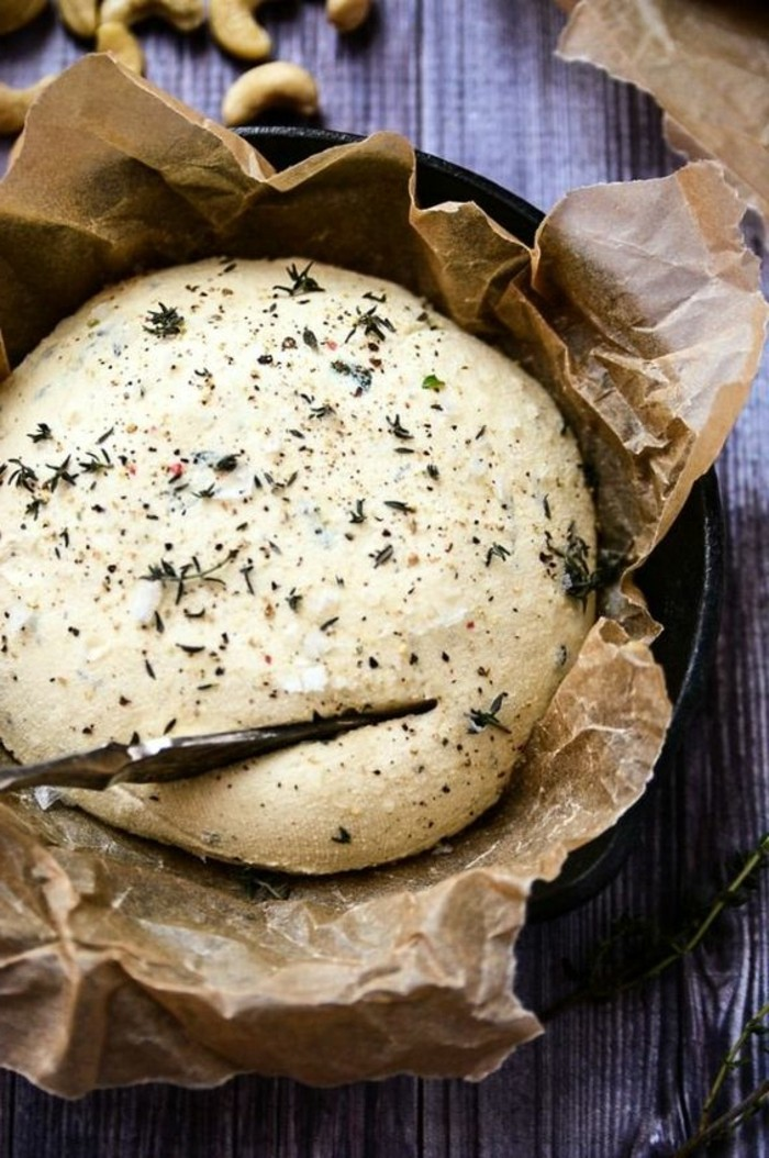 fromage-végan-fromage-aux-herbes-fraiches-couleur-blanche