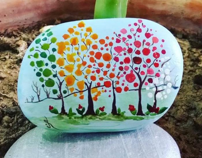 galet-peint-a-de-petites-touches-de-peinture-un-paysage-automnal-activité-créative