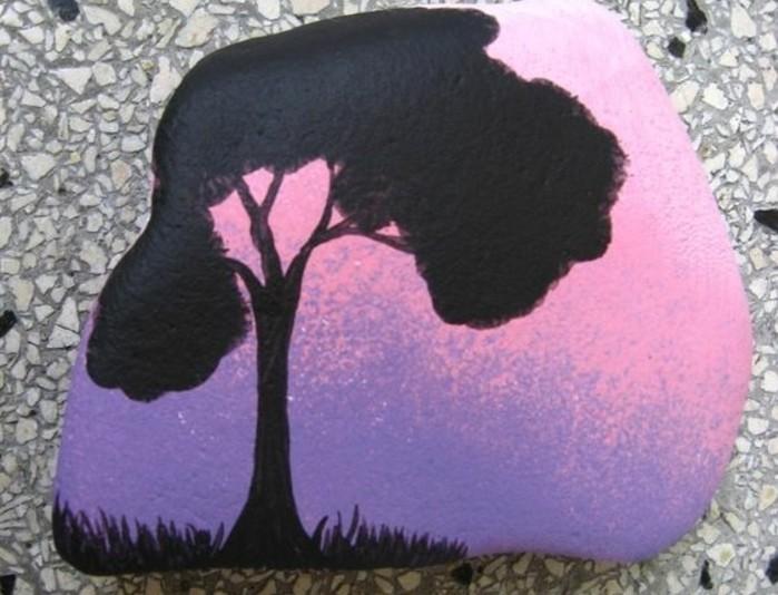 galet-peint-a-la-main-une-silhouette-d-arbre-et-fond-coucher-du-soleil-exemple-de-galet-decoratif