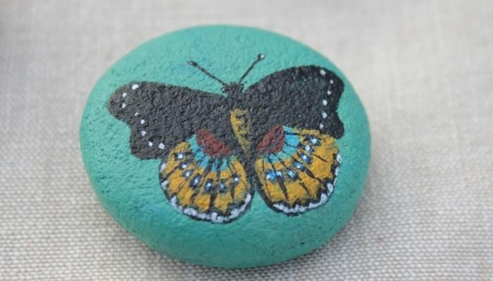 galet-peint-dessin-de-papillons-fait-a-la-main-exemple-d-activité-créative-adulte-DIY