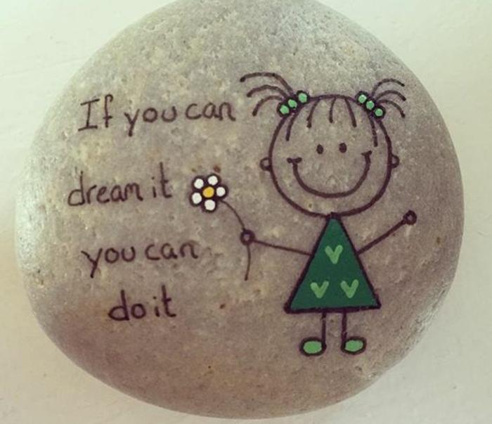 galet-peint-exemple-simple-un-message-écrit-dessus-dessin-simple-d-une-petite-fille