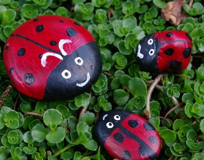 galets-décorés-à-la-peinture-idee-galets-conccinelles-decoration-jardin-a-faire-soi-meme