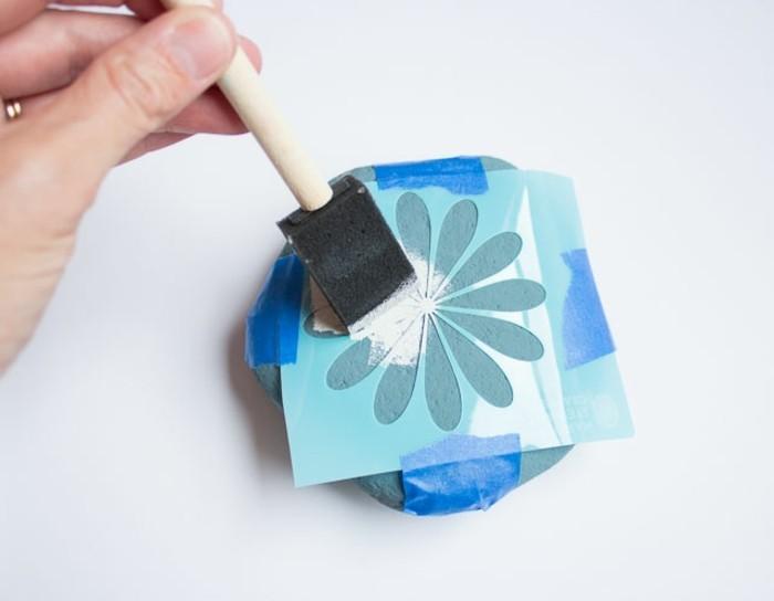 galets-décorés-à-la-peinture-motif-fleur-créé-a-l-aide-de-pochoir-idee-comment-peindre-des-galets-soi-meme