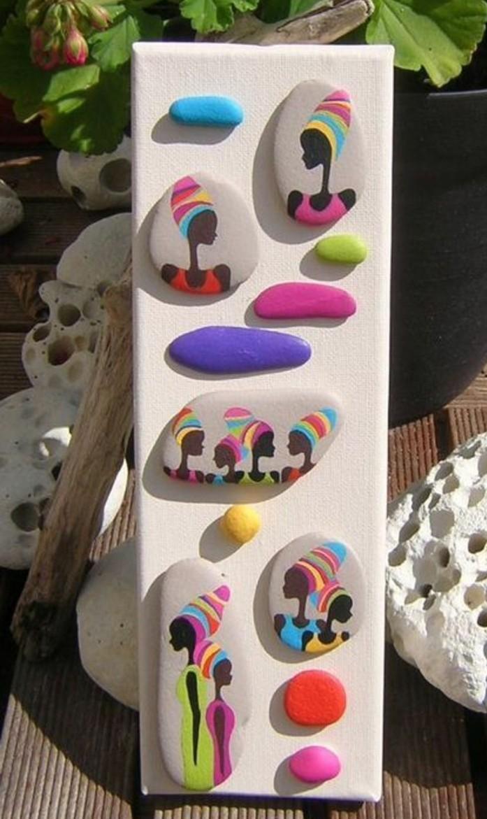 galets-décorés-a-motifs-decoration-africaine-collés-sur-une-planche-en-bois-piece-decorative-avec-galets
