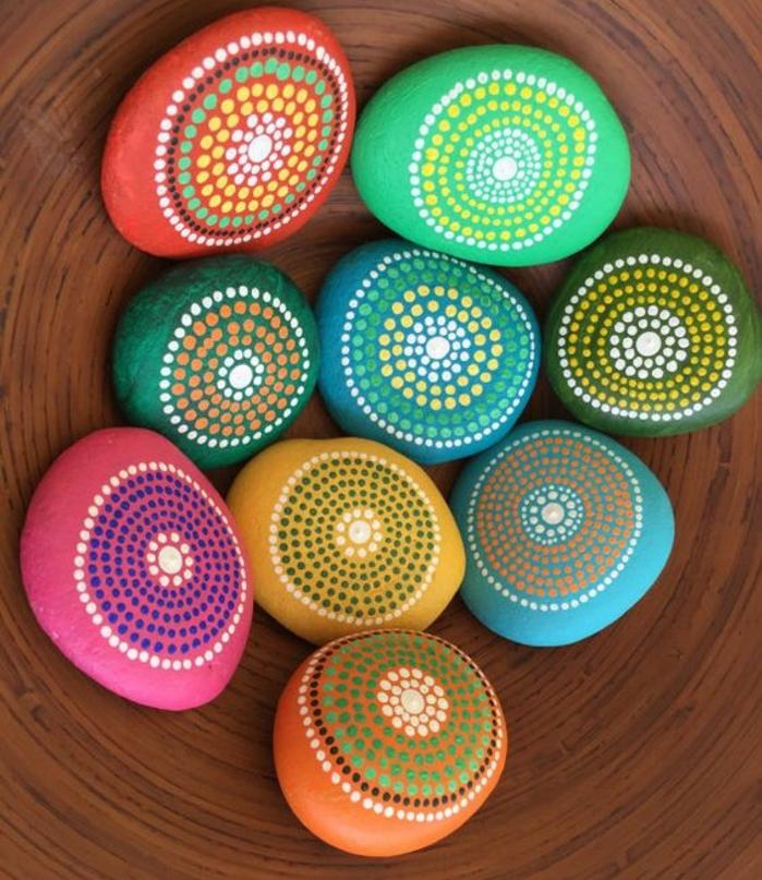 galets-décorés-des-galets-peintes-de-couleurs-diverses-et-décoré-de-petites-pointes-blancs