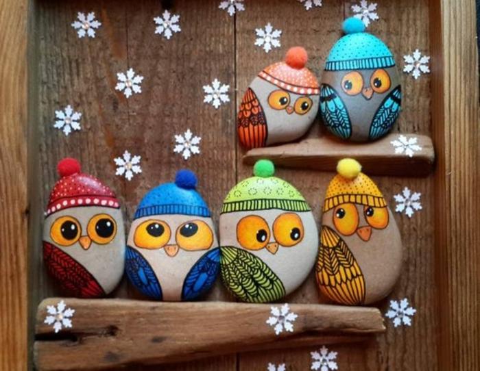 galets-décorés-dessin-de-petits-hiboux-mignonnes-vetements-d-hiver-decoration-noel-hiver