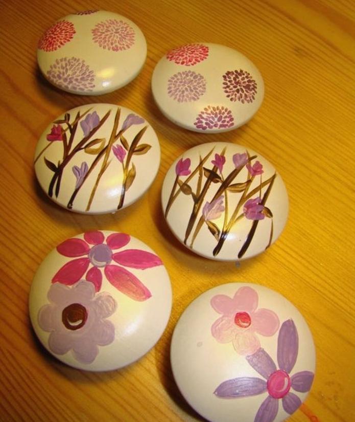 galets-décorés-peints-en-blanc-et-décoré-de-fleurs-une-idee-de-decoration-avec-galets