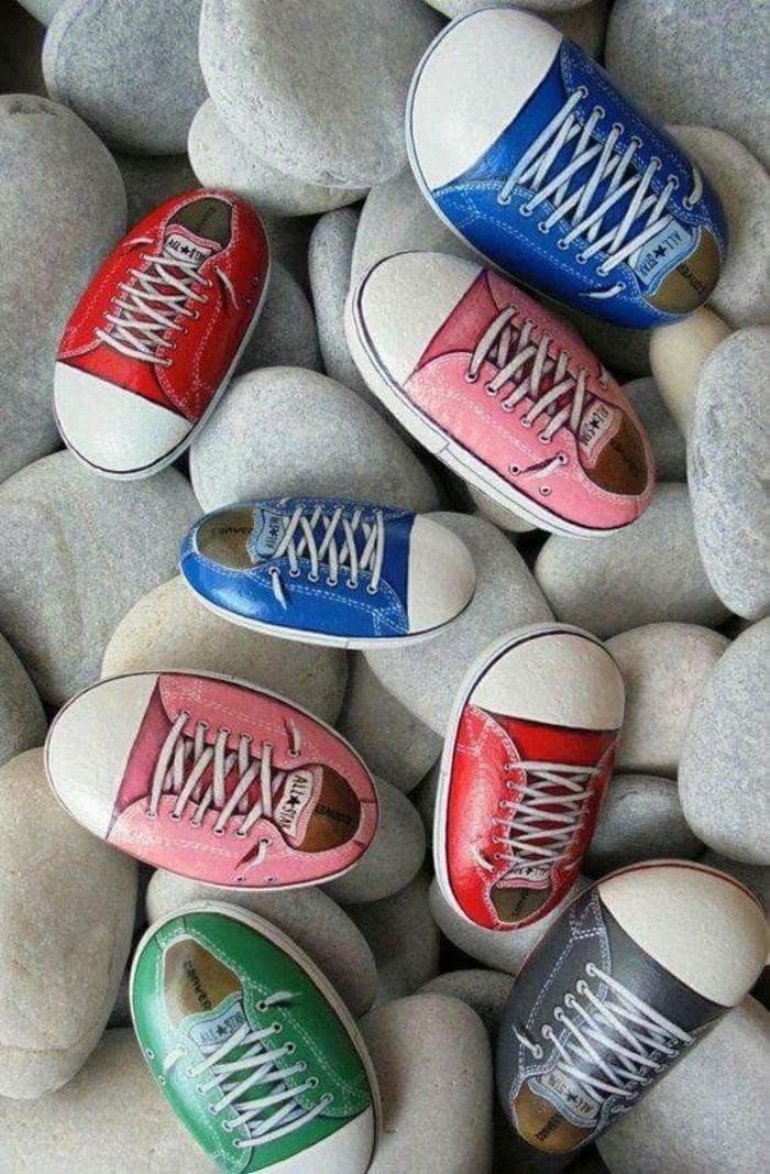 galets-décorés-ressemblant-a-de-petits-chaussures-tennis-enfant-multicolores-l-art-du-dessin-sur-galet