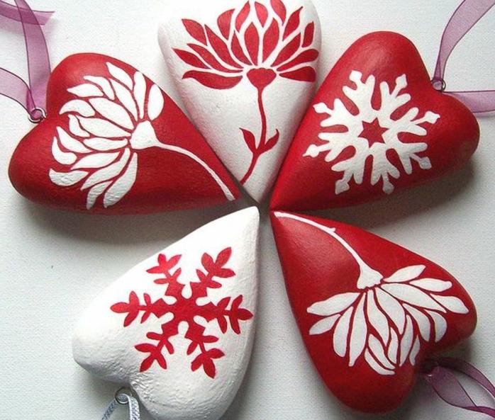 galets-décoratifs-en-forme-de-coeur-a-motifs-floraux-et-flacons-de-neige-transformés-en-pendentifs