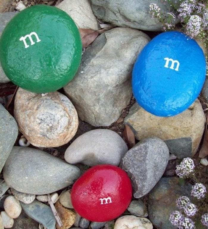 galets-peints-avec-une-monogramme-m-imitation-bonbons-de-couleurs-diverses