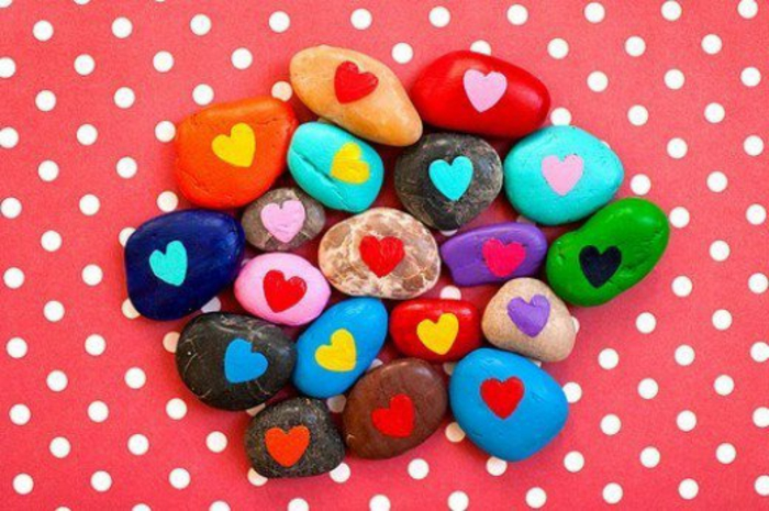 galets-peints-en-couleurs-diverses-avec-un-dessin-de-coeur-au-milieu-idee-cadeau-saint-valentin
