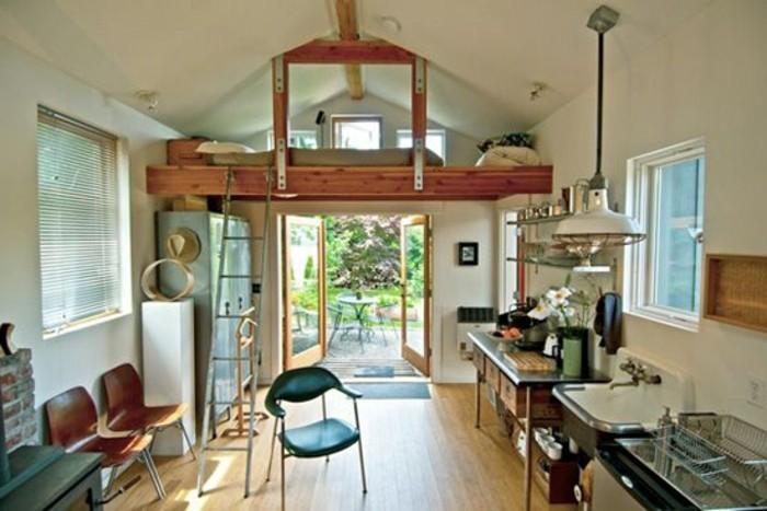 garage-amenage-lit-au-deuxieme-niveau-escalier-petite-cuisine-fenetres-pour-plus-de-lumiere-naturelle