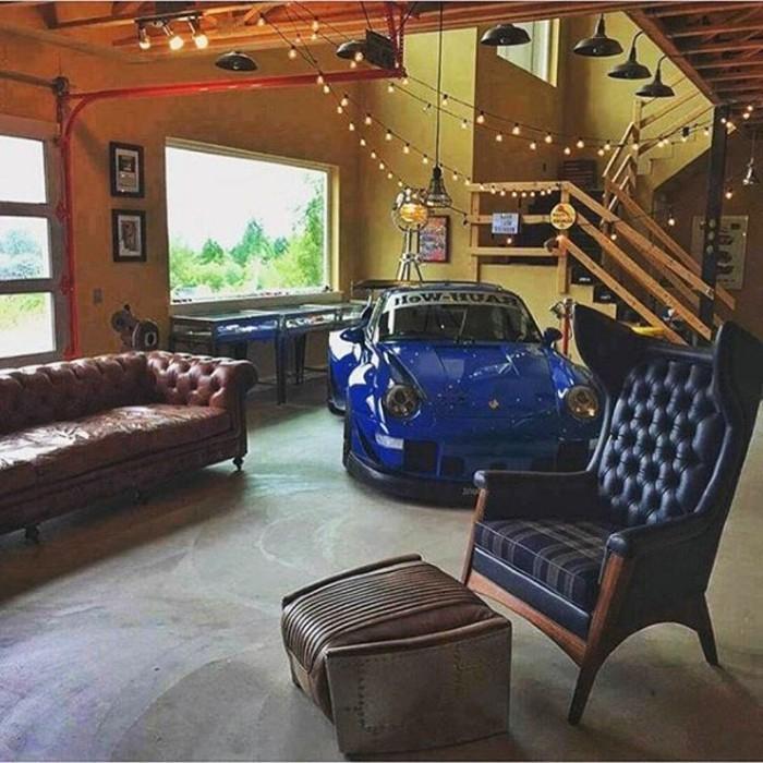 garage-amenage-pour-les-fans-de-vehicules-fauteuil-en-cuir-bleu