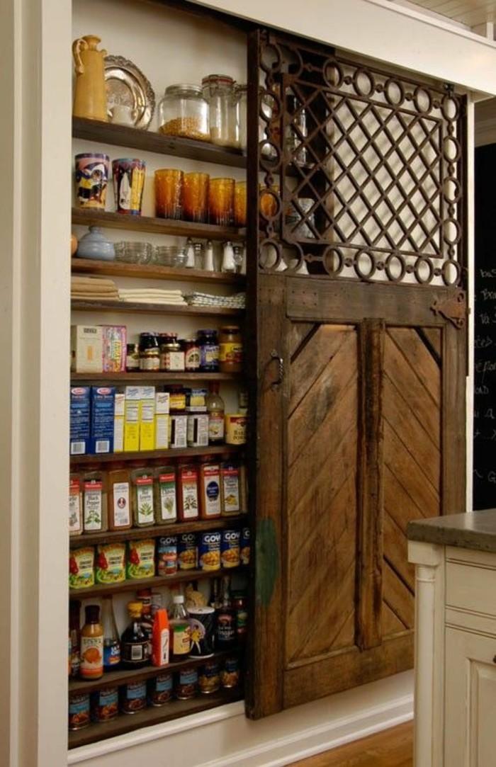 garde-manger-étagères-en-bois-porte-de-grange-relookée