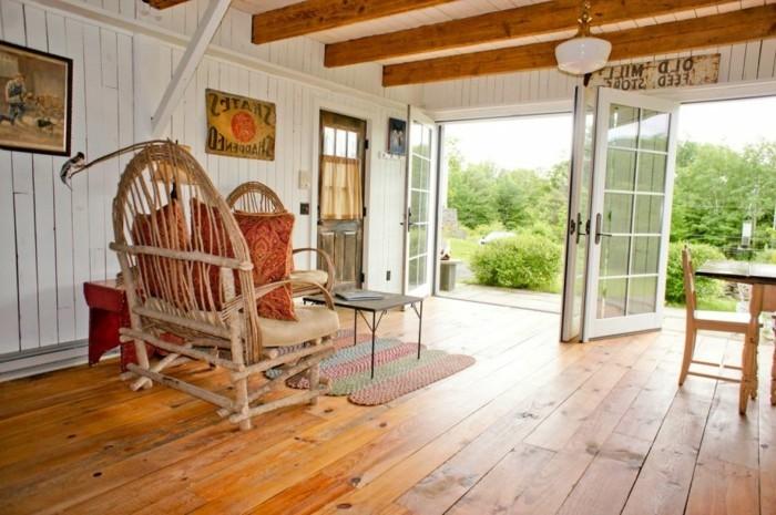 grange-renovee-peinture-de-campagne-paysage-nature-plafond-avec-des-poutres-en-bois